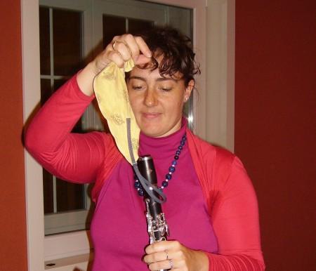 si asciuga il clarinetto,dopo tanta fatica...