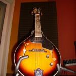 ...un mandolino solo soletto...riposa